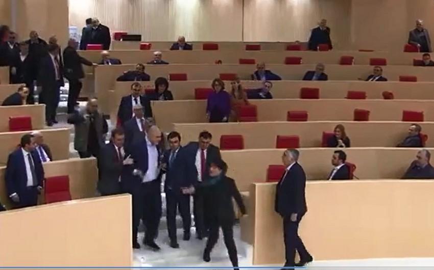 Gürcüstan Parlamentində deputatlar arasında dava düşüb - VİDEO