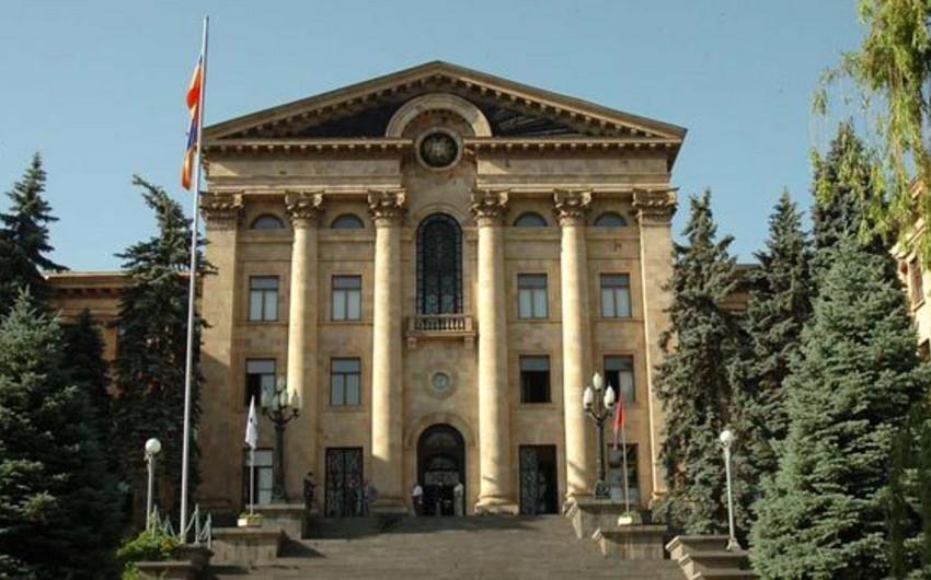 Ermənistan parlamentinin qarşısında oturaq etiraz aksiyası keçirilir