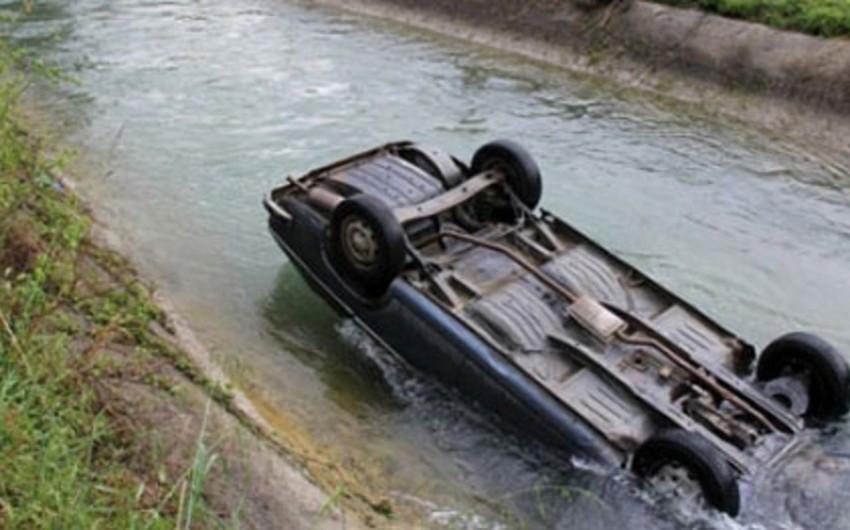 Zərdabda minik avtomobili su kanalına düşüb