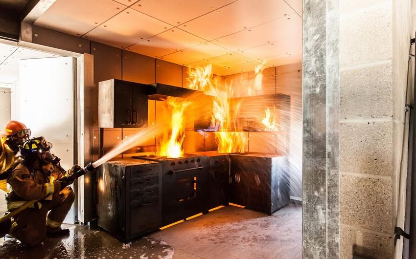 Bakıda ev yanıb, 4 nəfər xəsarət alıb