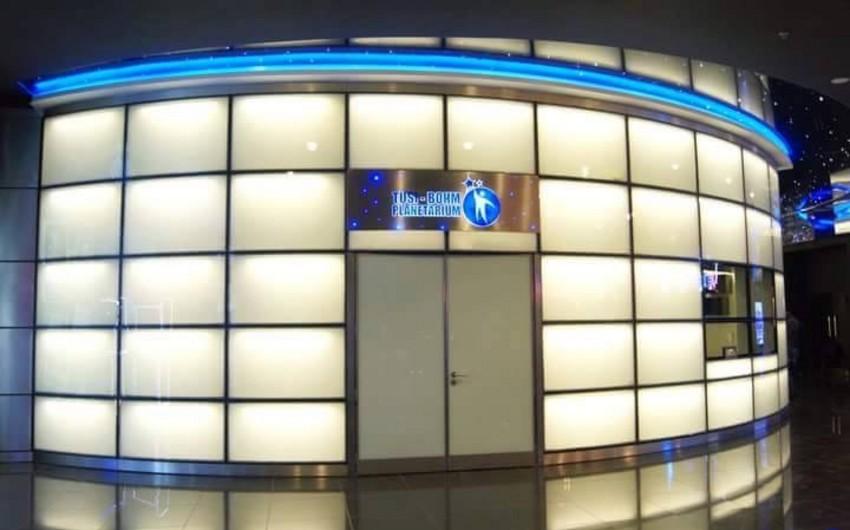 Park Bulvardakı planetariumda filmə baxan şəxs aldadıldığını iddia edir
