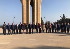 Сотрудники посольства Турции посетили Аллею шехидов и Мемориал турецким воинам