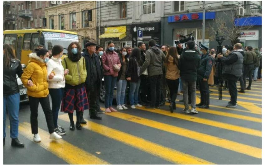 Yerevanda etirazçıların üstünə avtomobil sürülüb