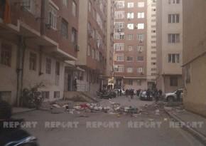 В Абшеронеженщина, выбрасывавшая вещи с балкона во двор, передана бригаде врачей