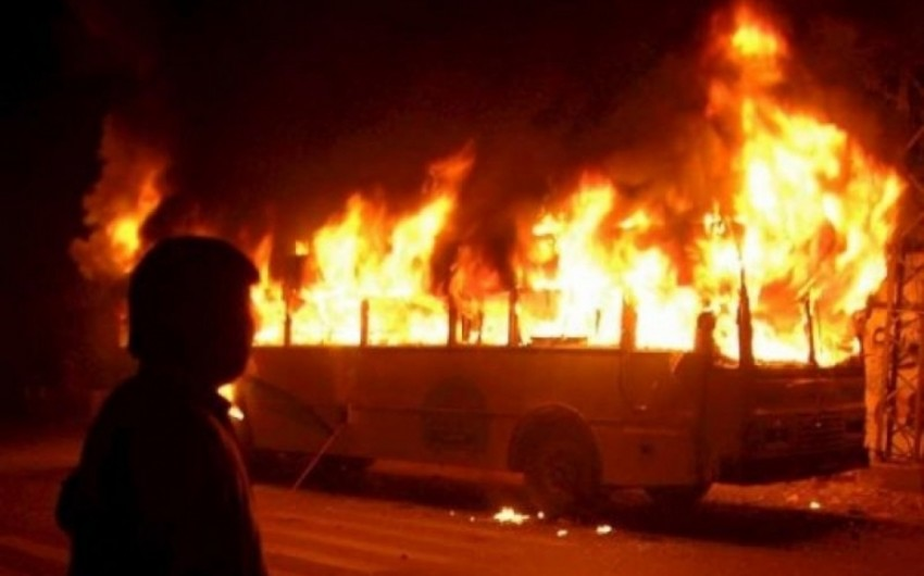 Pakistanda avtobusla neft daşıyan yük maşını toqquşub, 57 nəfər ölüb