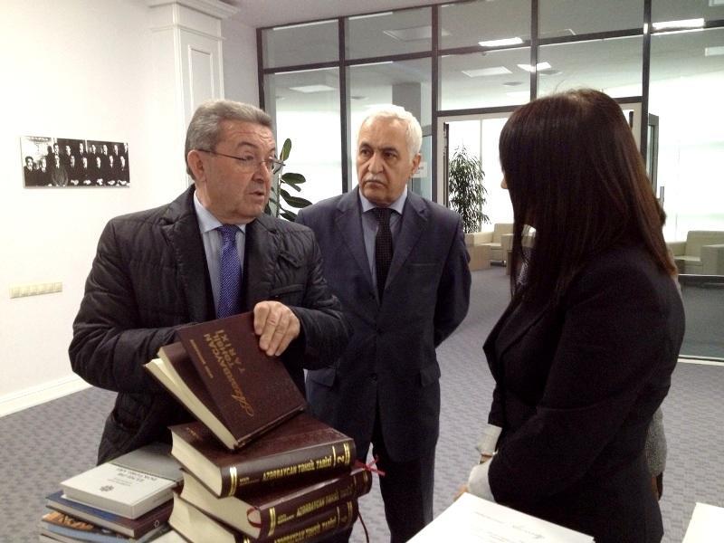 Misir Mərdanov Mərkəzi Elmi Kitabxanaya kitab hədiyyə edib - FOTO