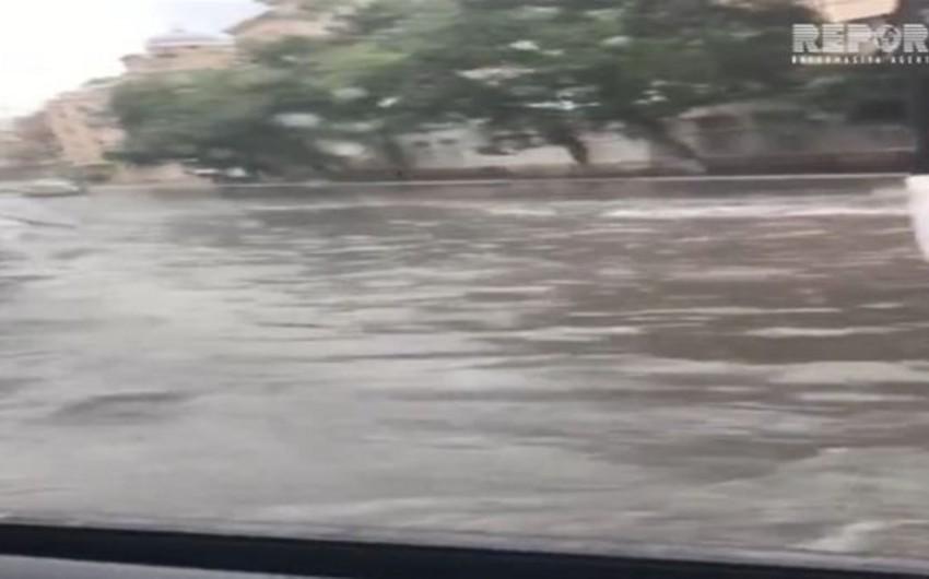 Güclü yağış Bakı yollarında problemlər yaradıb - VİDEO