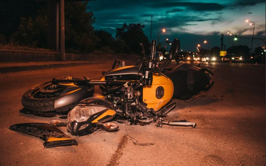 Abşeronda avtomobil motosikletlə toqquşdu