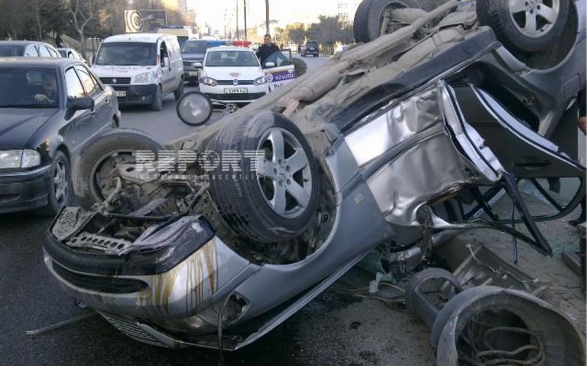 Bakıda polis mayoru avtomobili aşırdı - FOTO