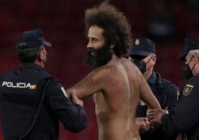 Матч в Лиге Европы прервал выбежавший на поле болельщик