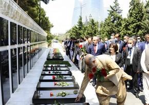 Спикеры парламентов Турции и Пакистана посетили Аллею почетного захоронения в Баку