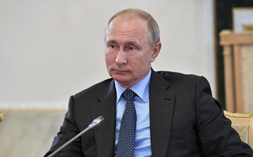 Vladimir Putin canlı yayımda 4 saatdan çox vaxt ərzində sualları cavablandırıb