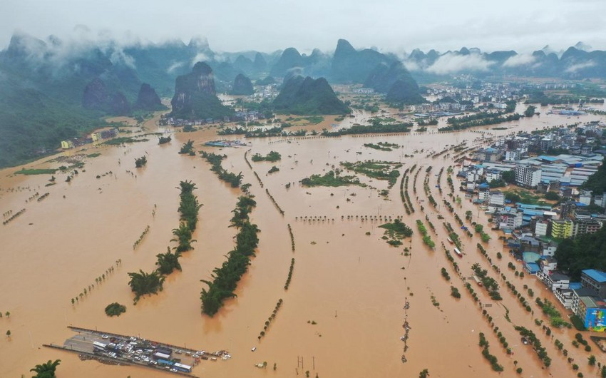 Çində güclü yağışa görə 70 mindən çox insan fəlakət zonasında qalıb