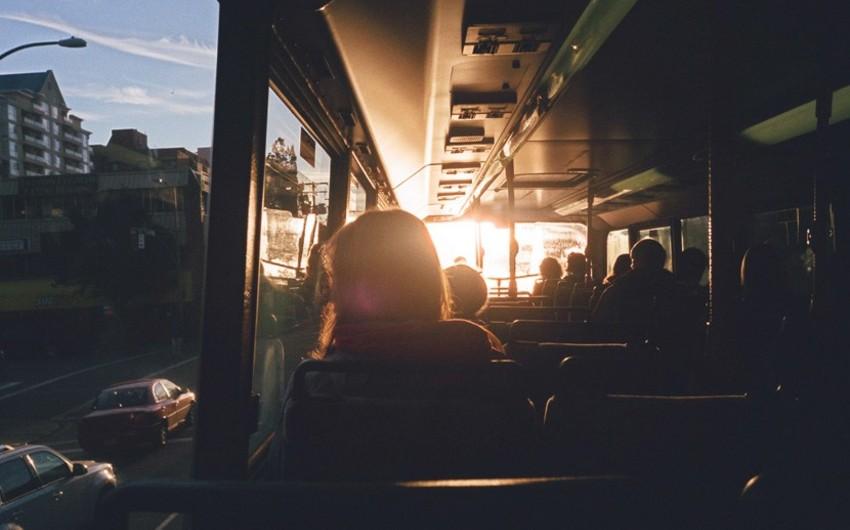 Gəncədə qadın avtobusdan yıxılıb