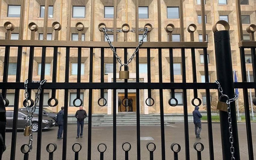 Gürcüstanda etirazçılar hökumət binasının darvazalarını qıfıllayıblar - YENİLƏNİB