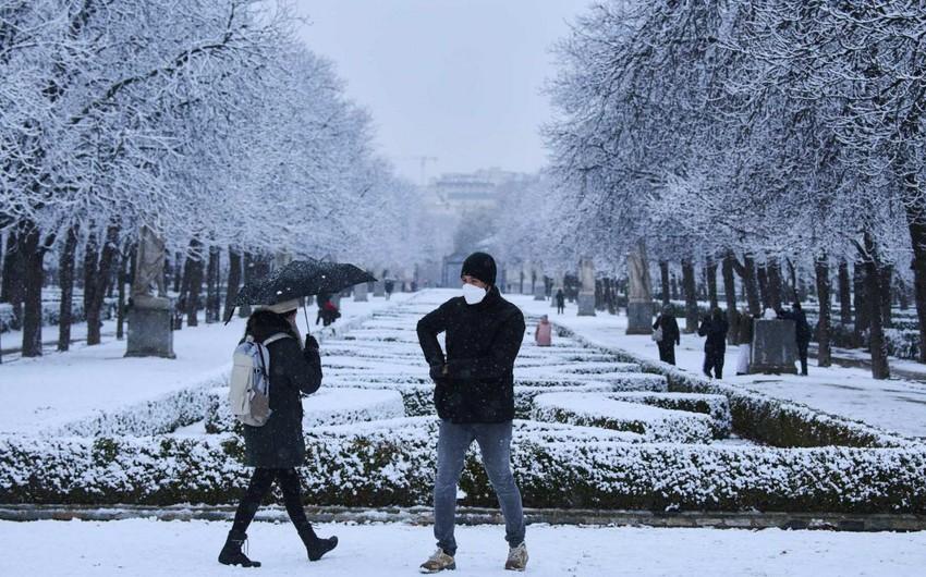 Сильнейший снегопад почти полностью парализовал Мадрид