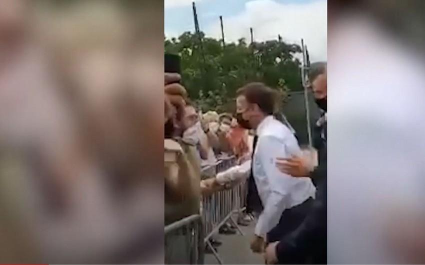 Полиция изъяла у сообщника мужчины, напавшего на Макрона, оружие и книгу Mein Kampf