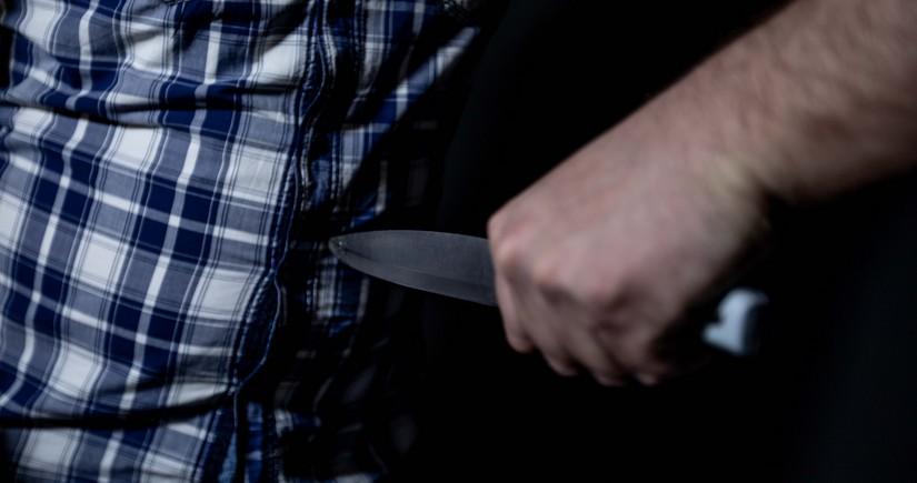 В Баку мужчину ударили ножом в грудь