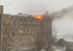 В Баку горит жилой дом