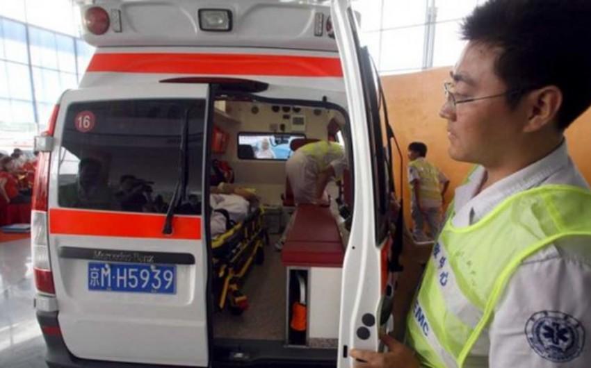 Çində insanların durduğu dayanacaq yerin dibinə çöküb - VİDEO