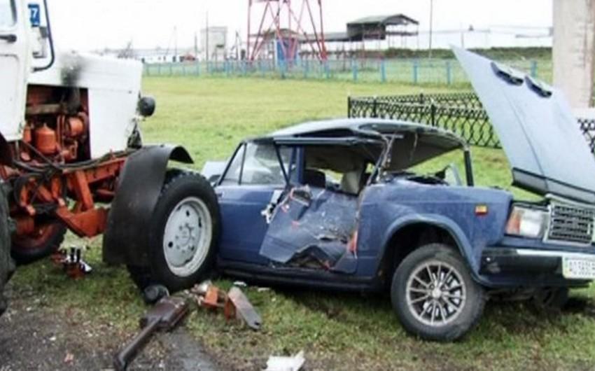 Tərtərdə minik avtomobili traktorla toqquşub, 4 nəfər yaralanıb