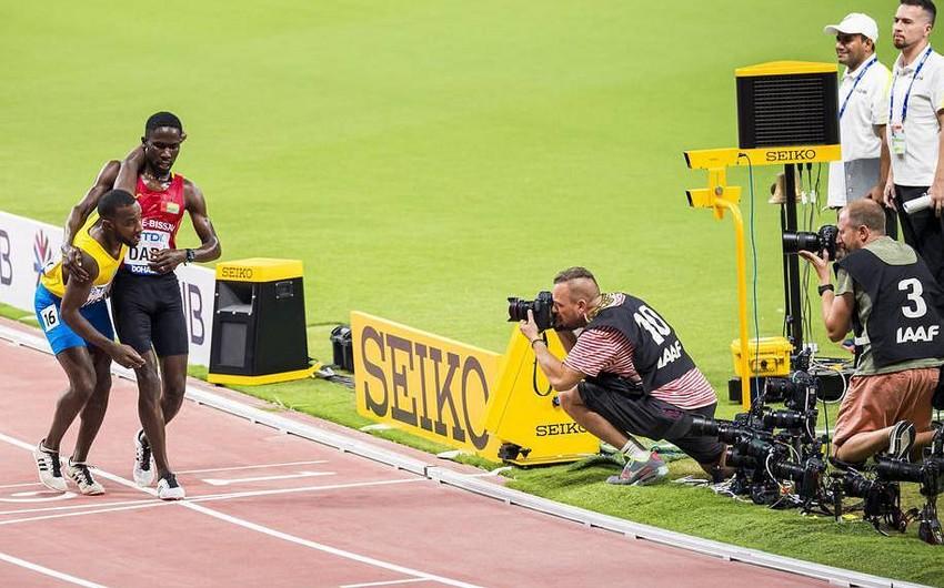 Özünü pis hiss edən idmançı digər atletin köməyilə yarışı başa vurub - VİDEO