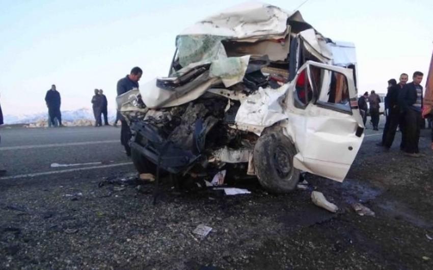 Türkiyədə TIR-la avtobus toqquşub, 7 nəfər ölüb, 23 nəfər yaralanıb