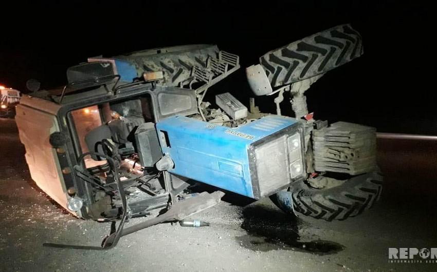 Ağsuda traktor aşıb, sürücü xəsarət alıb