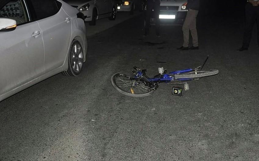 Binəqədidə velosipedçini avtomobil vurdu
