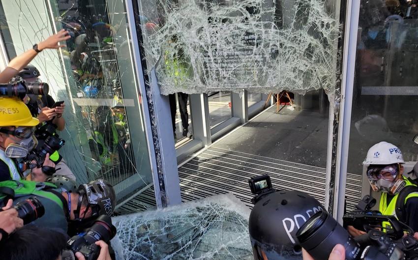 Honkonq parlamenti tarixdə ilk dəfə evakuasiya edilir - FOTO - VİDEO