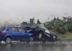 Bakıda yağışlı hava şəraiti yol qəzasına səbəb olub