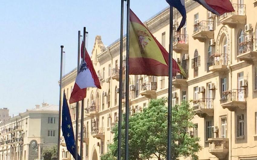Делегация ЕС в Азербайджане приспустила флаги в связи с трагедией в Греции