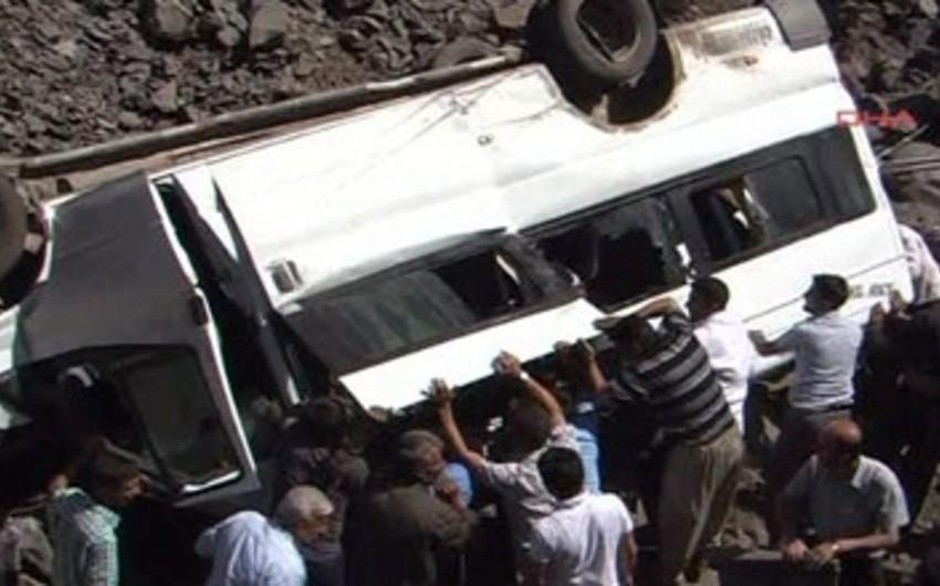 Balakəndə toydan qayıdan mikroavtobus dərəyə aşıb, 21 nəfər yaralanıb
