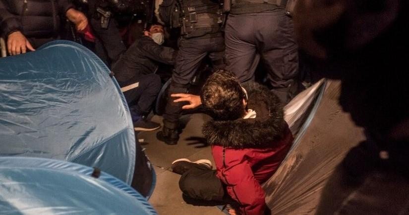 В Париже полиция разогнала лагерь с палатками мигрантов