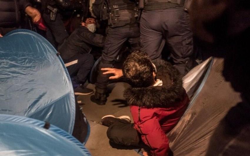 <p><strong>Parisdə polis miqrantlara qarşı zorakılıq tətbiq edib</strong></p>