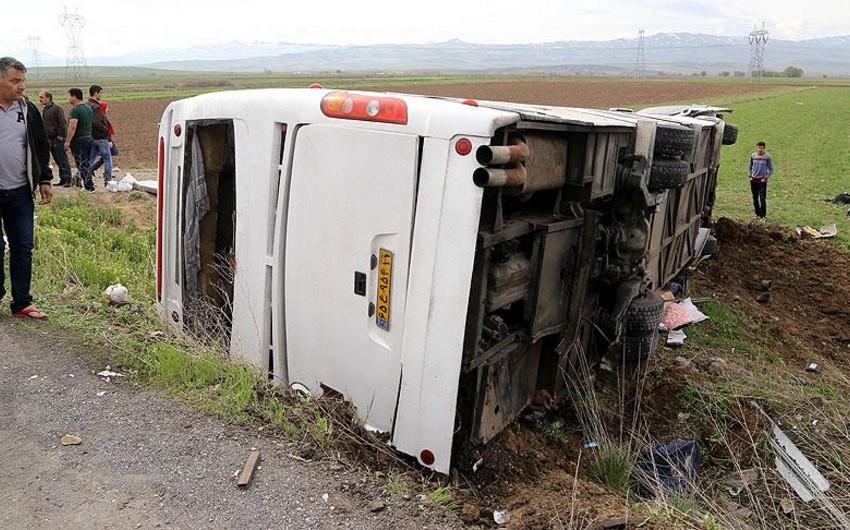 В Гобустане перевернулся пассажирский автобус, пострадала женщина