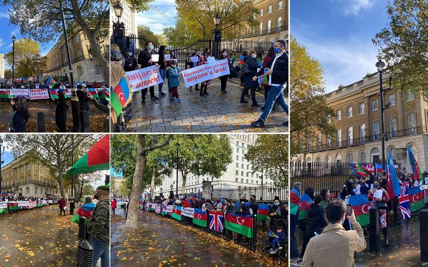 Britaniya baş nazirinin ofisi qarşısında Gəncə terroruna etiraz edilib