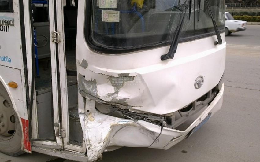 Bakıda sərnişin avtobusu betonqarışdıran avtomobillə toqquşub