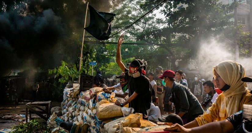 Myanmada hərbçilərlə mülki şəxslər arasında toqquşmalarda 98 nəfər öldürülüb