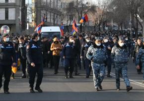Ermənistan müxalifəti parlament binasının giriş-çıxışını bağlayıb