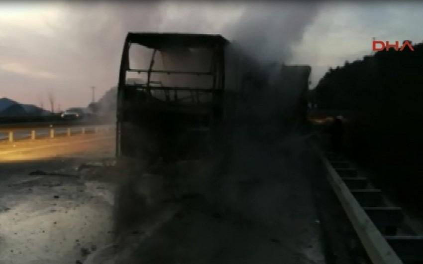 Türkiyədə avtobusla yük maşınının toqquşması nəticəsində ölənlərin sayı 13 nəfərə çatıb - ƏLAVƏ OLUNUB