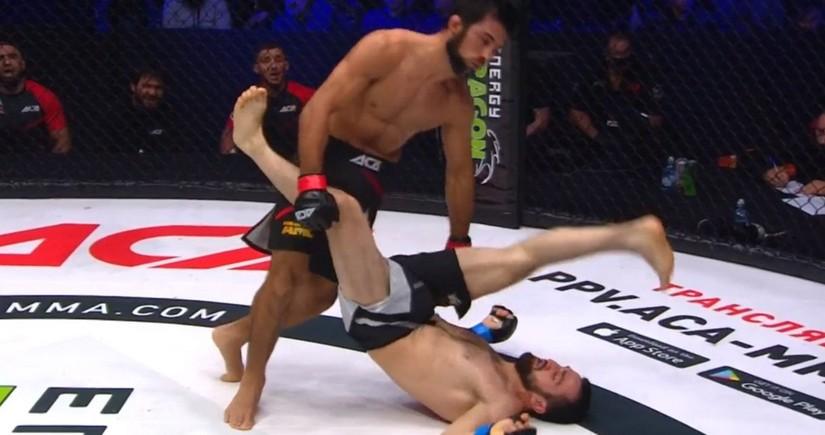 Rusiyanın MMA döyüşçüsü rəqibini yıxılmış vəziyyətdə nokauta salıb