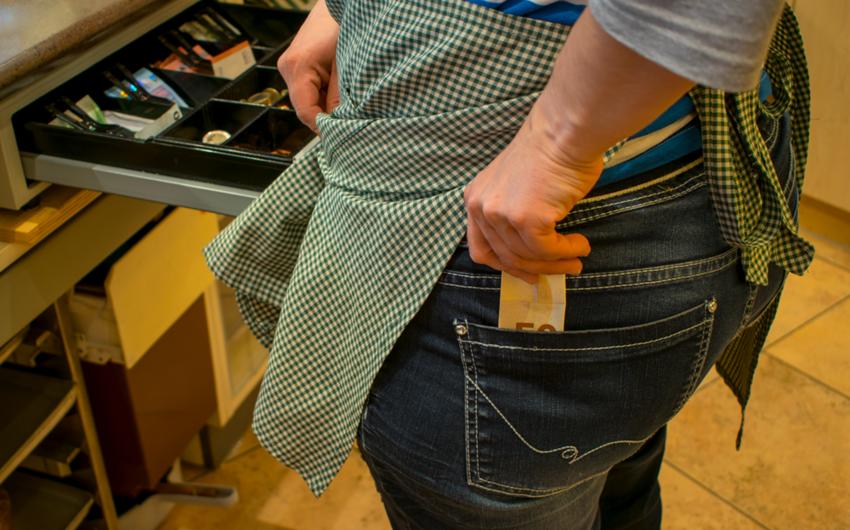 Bakıda marketin kassasından pul aparıldı