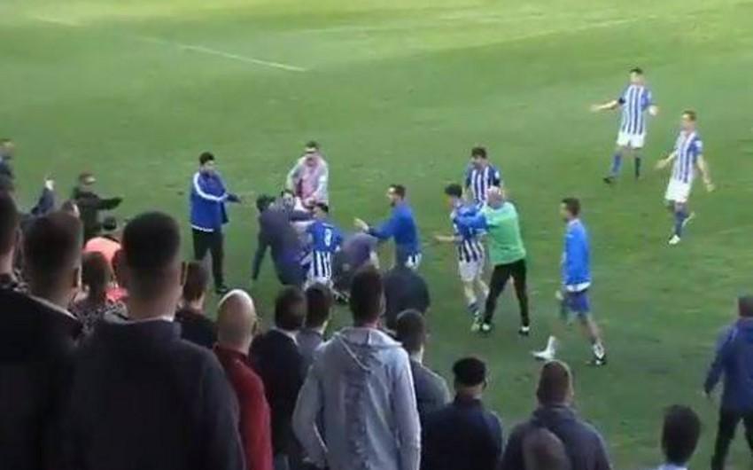 İspaniya çempionatında azarkeşlərlə futbolçular arasında dava düşüb - VİDEO