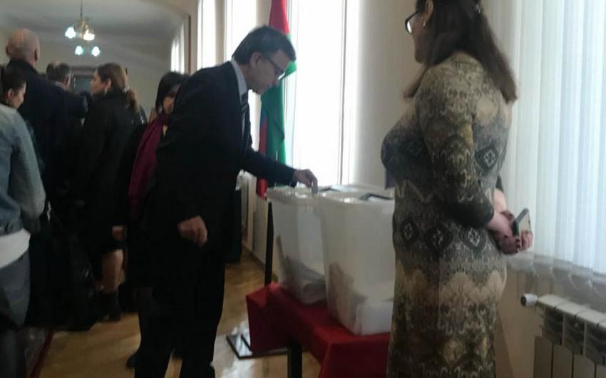 Министр Гусейн Багиров проголосовал на президентских выборах в Азербайджане