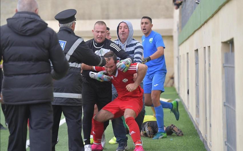 Maltada futbolçu hakimi vurduğu üçün qandallanıb, oyun yarımçıq qalıb - FOTO - VİDEO