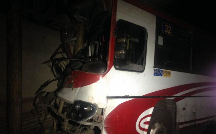 Bakıda marşrut avtobusu qəzaya uğrayıb, xəsarət alan var - VİDEO - YENİLƏNİB-2
