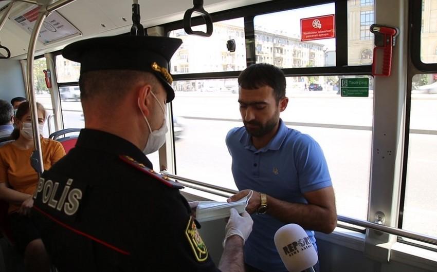 Bakıda polis avtobus sərnişinlərinin maskadan istifadəsi ilə bağlı reyd keçirib - VİDEO