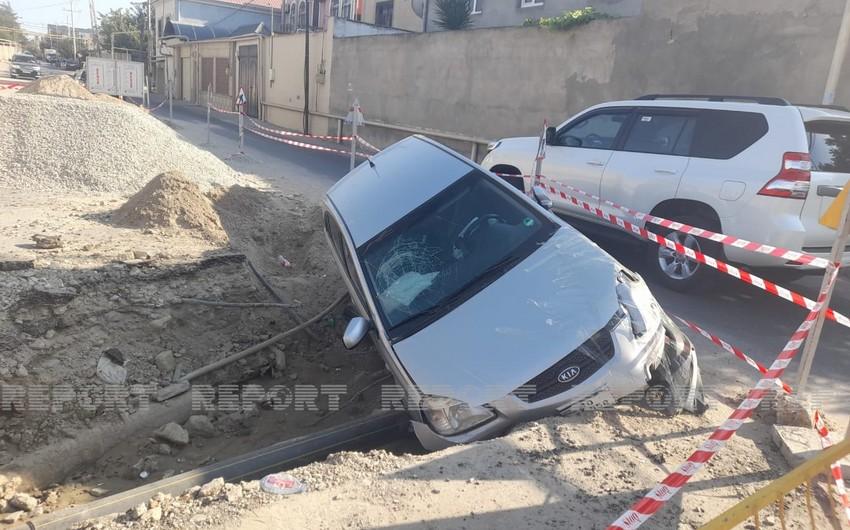 Azəriqazın qazıntı apardığı əraziyə avtomobil aşıb