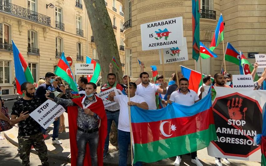 Fransa polisi Ermənistan bayrağının açılmasına imkan verməyib, azərbaycanlılar dəstək aksiyası keçiriblər